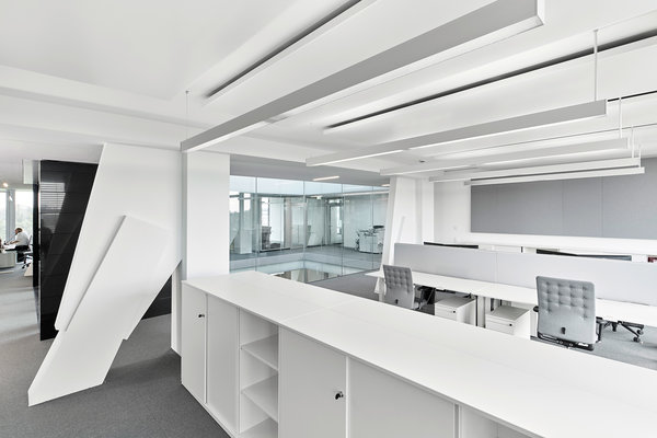 Flexible office space with cooling panels and linear lighting